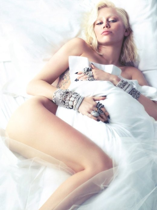 800x1070xmiley-cyrus-w-magazine4.jpg.pagespeed.ic.nPrO75YmNk